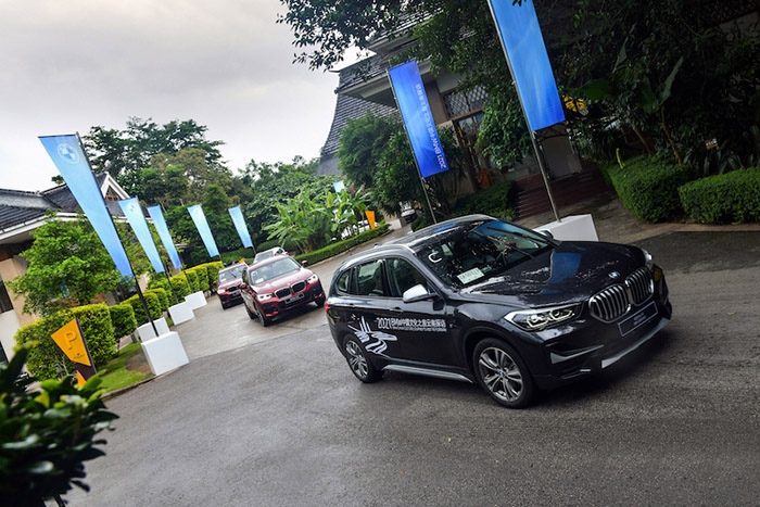 "05. 2021""BMW中國文化之旅"" 云南探訪車隊發車.jpg"