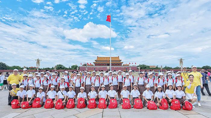 1、春蕾女童參觀天安門廣場,集體留念拍照.jpg
