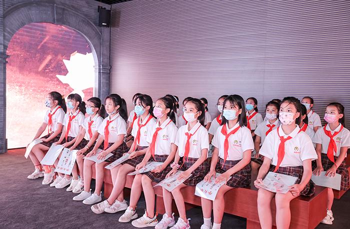6、春蕾女童在北大舊址觀影偉大開篇的電影短片.jpg
